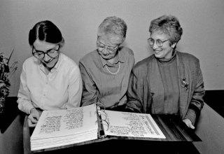Hermanas revisan el Libro de Fundación