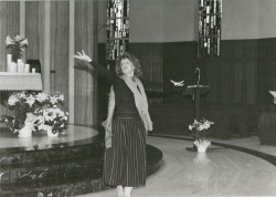 Hermana Vickie Hadaway bailando en la Gran Derecha e Izquierda en Cedar Rapids